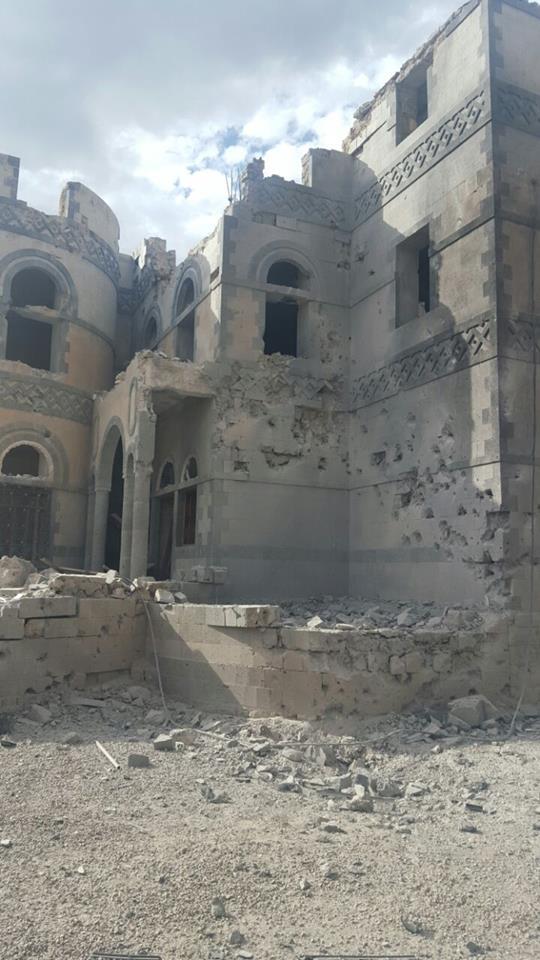 #اليمن اليوم بالصور .. هذا هو منزل الشيخ الغادر بعد قصفة من قبل طيران التحالف فجر اليوم ..<abbr title='المزيد عن شاهد'><a href='/search.html?query=%D8%B4%D8%A7%D9%87%D8%AF&form=search'>شاهد</a></abbr> كيف اصبح وكيف نجا افراد اسرته