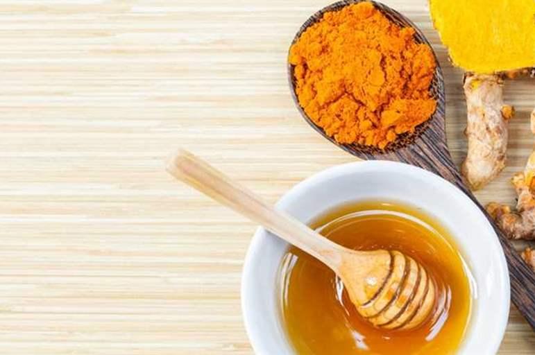 شاهد.. ما سيحدث لجسمك عند تناول العسل والكركم على الريق؟